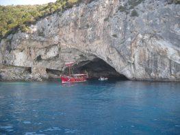 Πόλος έλξης η σπηλιά «Παπανικολή»