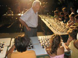 Αγώνας επίδειξης σκάκι (σιμουλτανέ) απόψε στο Βαθύ