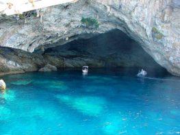 Περισυλλογή ναυαγών κοντά στη σπηλιά του Παπανικολή