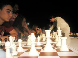 Αγώνας επίδειξης Σκάκι (Σιμουλτανέ) στο Βαθύ