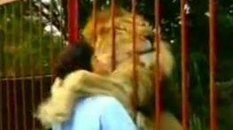 Μια ζεστή αγκαλιά… από το λιοντάρι!