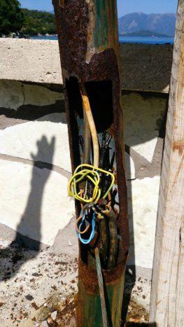 Προβλημα με τις κολώνες φωτισμού του Τουριστικού Καταφυγίου Βαθέως