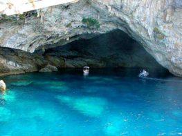 Το Σπήλαιο «Παπανικολή» ανάμεσα στις ομορφότερες θαλασσοσπηλιές της Ελλάδας