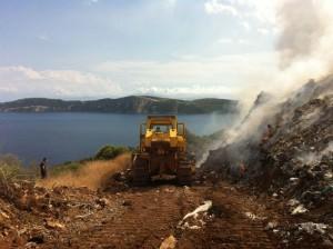 Μεγάλη φωτιά στον σκουπιδότοπο, επιχειρεί από ξηράς και αέρος η Πυροσβεστική