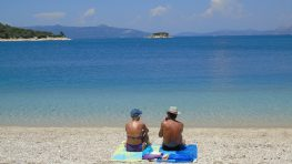 Στα «φιόρδ» του Μεγανησίου: Η παραλία Φανάρι στον κάβο του Αθερινού