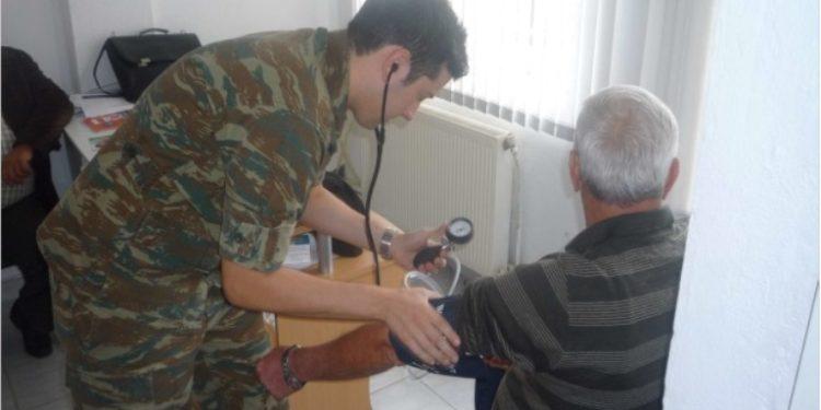 Με στρατιωτικό γιατρό προσπαθούν να μπαλώσουν το κουρέλι της Υγείας