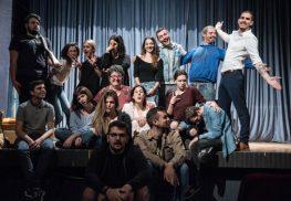 Ο Μεγανησιώτης Τάσος Μάντζαρης στη θεατρική παράσταση «Η Αυλή των Θαυμάτων» στο Θέατρο Νέας Ελβετίας