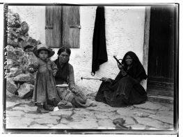 Μεγανησιώτισσες το 1912 όπως τις φωτογράφισε ο Φρεντ Μπουασονά