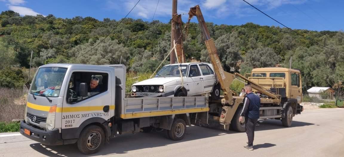 Συλλογή των εγκαταλελειμμένων οχημάτων από τον Δήμο